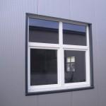 d)Senkrecht verlegt, unsichtbar geschraubt, microlinierte Aussenfassade-Kunststoffenster Standard weiss