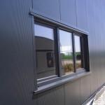 Senkrecht verlegt, unsichtbar geschraubt, microlinierte Aussenfassade-Kunststoffenster farbig